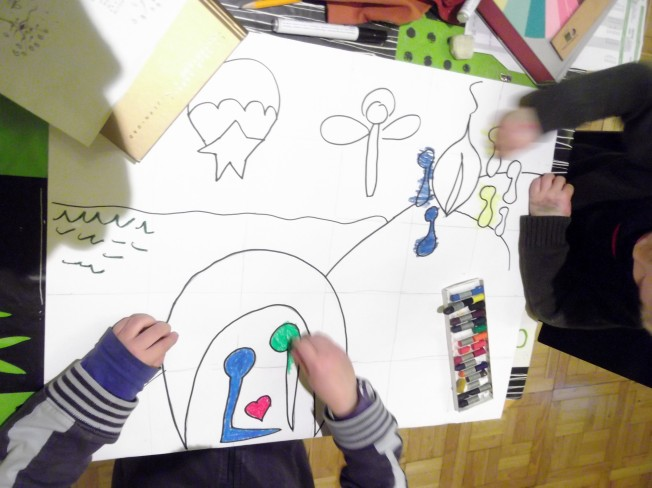 Los niños coloreando la macropostal-puzle