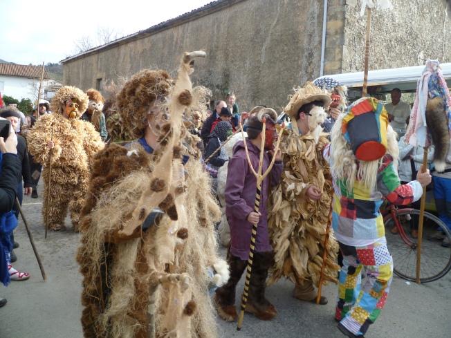Los trapajones: Se incluyen aquí los trajes confeccionados con elementos naturales: Musgo, Hiedra, Paja, Helechos, Berezo, Maiz, Alubias, hojas y cortezas de distintos árboles...